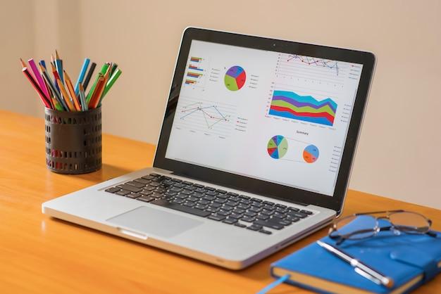 Computador tablet e gráficos financeiros