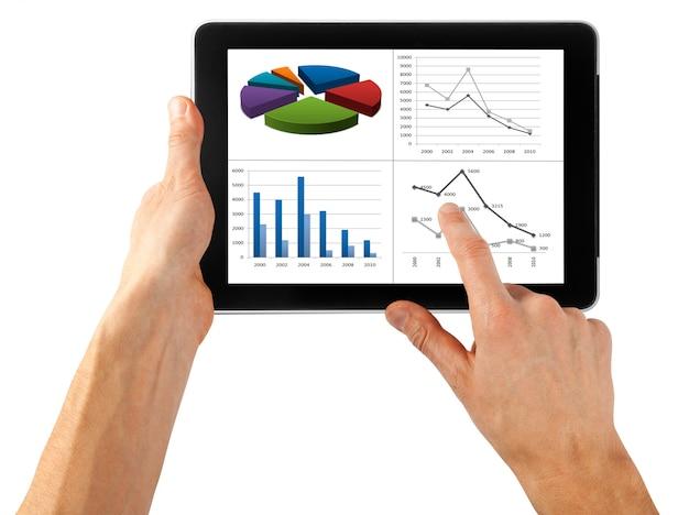 Computador tablet isolado em uma mão no branco
