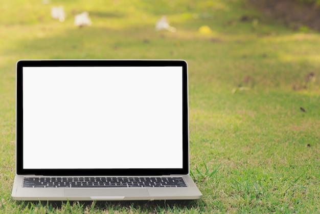 Computadores portáteis são colocados na grama