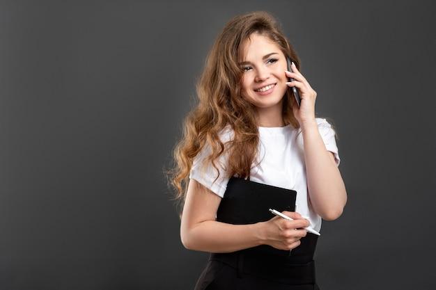 Comunicação à distância. trabalho remoto. telefonema alegre de mulher de negócios