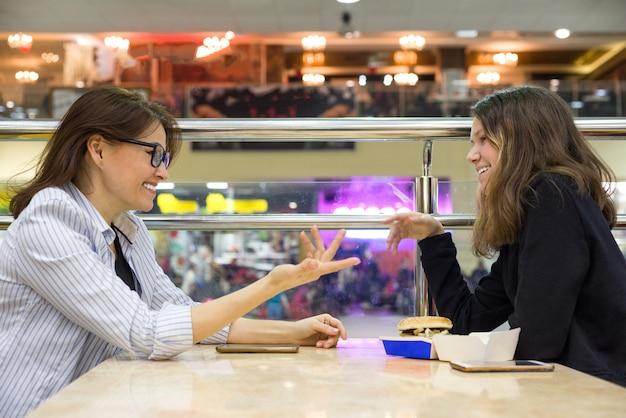 Comunicação de mãe adulta e filha adolescente