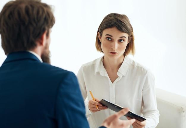 Comunicação do psicólogo masculino com o profissional de terapia de problemas do paciente