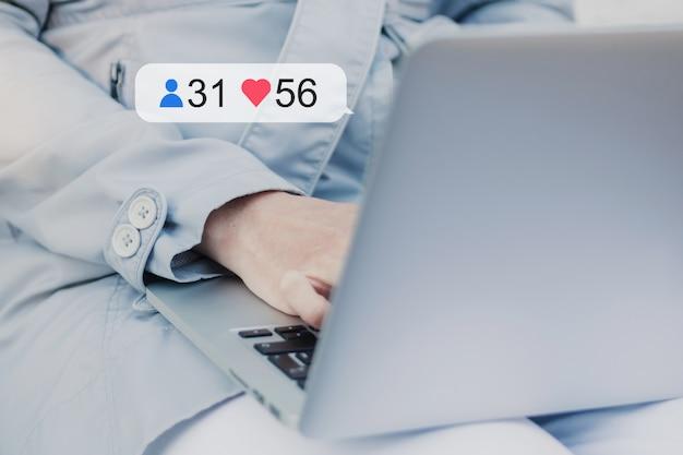 Comunicação em redes sociais com ícones de assinantes e curtidas