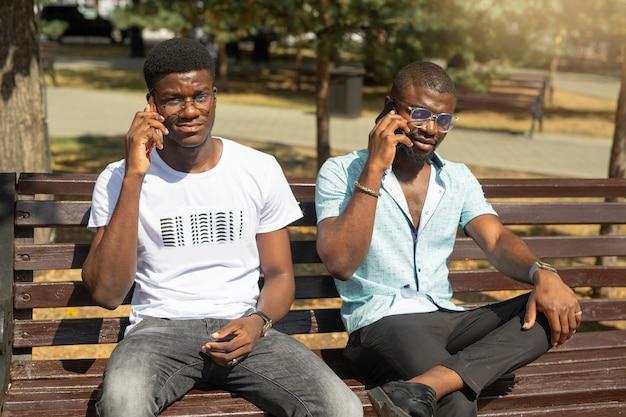 Comunicação em telefones celulares de dois homens africanos