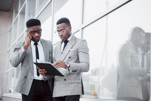 Comunicação empresarial. dois homens de negócios alegres conversando e discutindo um projeto