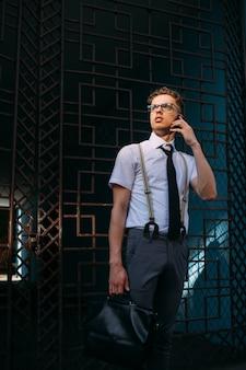 Comunicação empresarial. vida em movimento. fechando negócios pelo telefone. sem tempo a perder. estilo de vida agitado