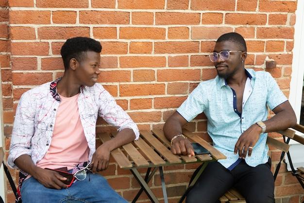 Comunicação na mesa de dois homens africanos