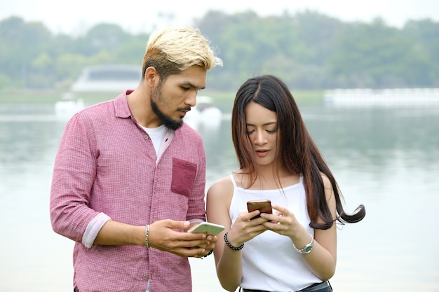 Comunicação no celular durante homem e mulher