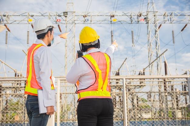 Comunicação permanente da engenharia masculina e feminina no sistema elétrico da usina