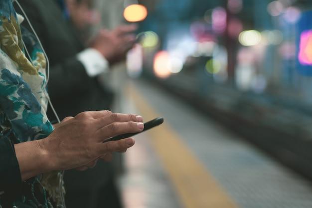 Comunicação. pessoas, usando, telefone móvel, enquanto, ligado, plataforma