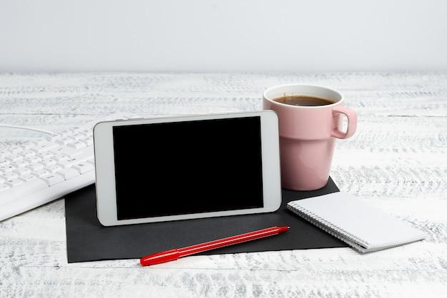 Comunicações sem fio voz videochamadas escrevendo notas importantes conexão global conexões online busca na internet leitura de e-mail escrita escrita produtividade no escritório