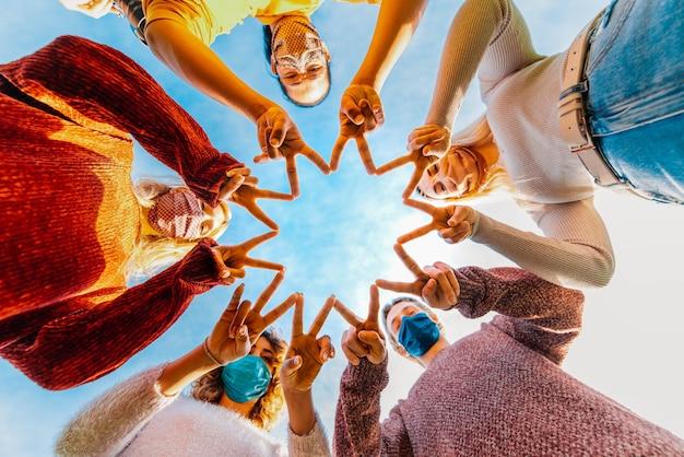 Comunidade apoiando pessoas infectadas pelo coronavírus Foto Premium