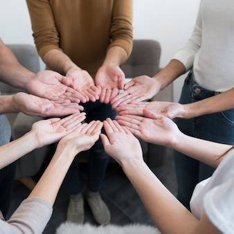 Comunidade de close-up de pessoas com as mãos para cima