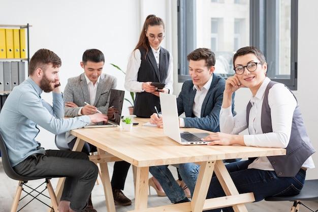 Comunidade de empresários trabalhando juntos