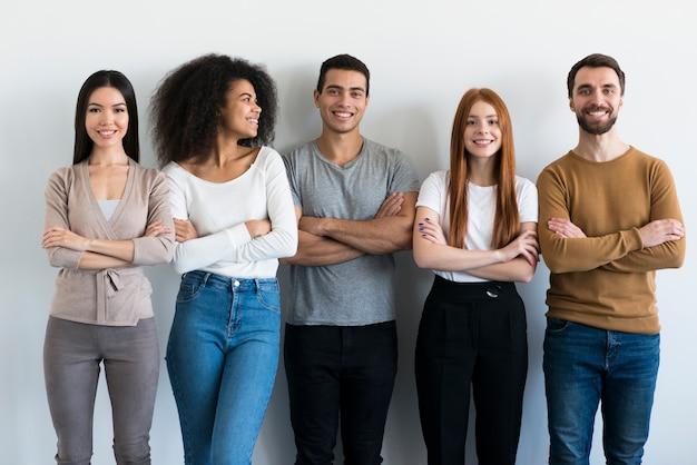 Comunidade de jovens posando juntos