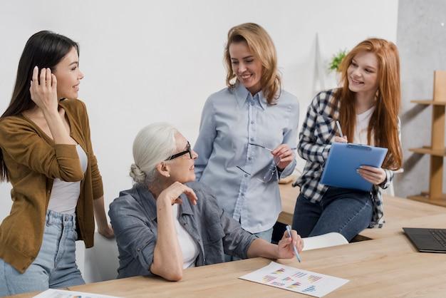 Comunidade de mulheres adultas trabalhando juntas