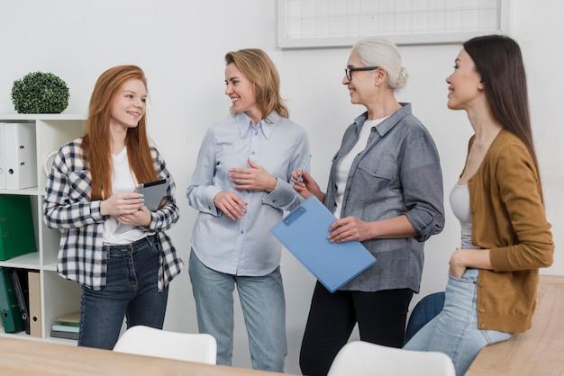 Comunidade de mulheres trabalhando juntas