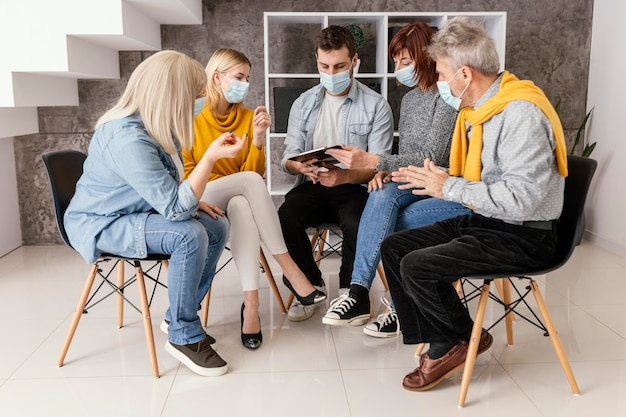 Comunidade de terapia com máscara cirúrgica Foto Premium
