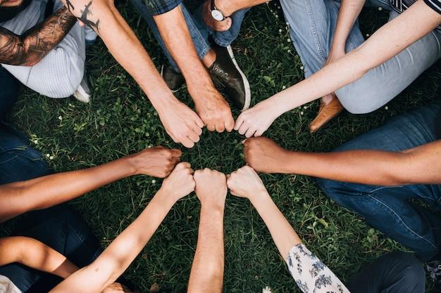 Comunidade diversificada com as mãos em um círculo