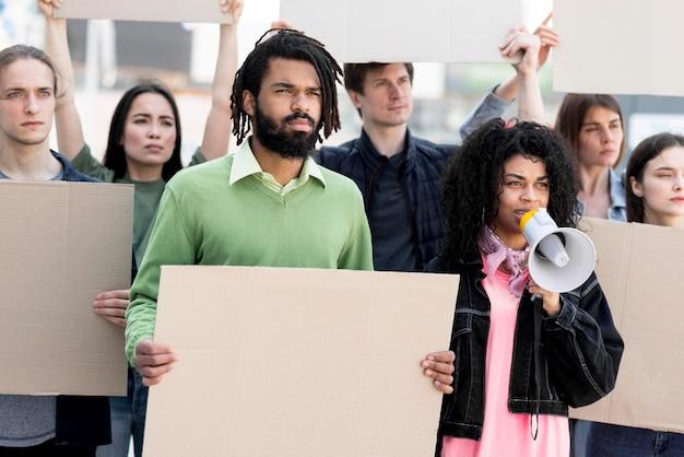 Comunidade em pé juntos e protestando