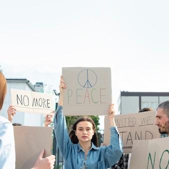 Comunidade reunida para demonstração