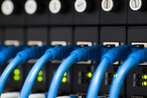 Comutador de rede e cabos ethernet