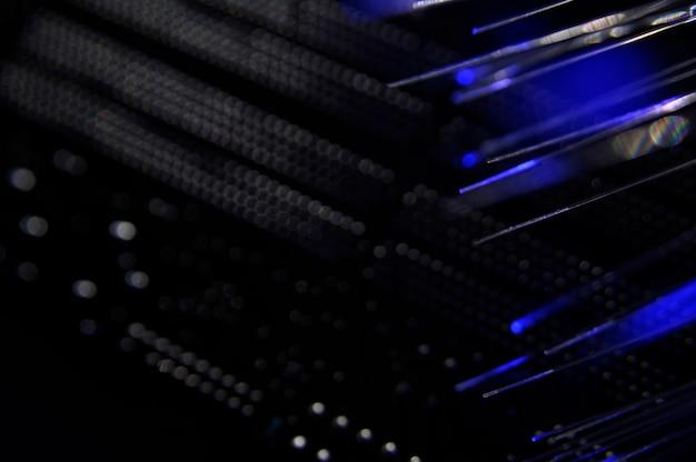 Comutador de rede preto com cabos de fibra ótica