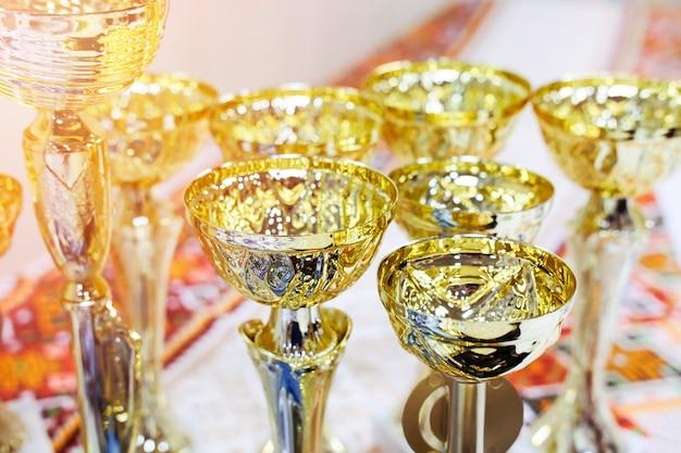 Conceda taças de ouro para parabenizar os vencedores por sua vitória em uma exibição ou competição esportiva