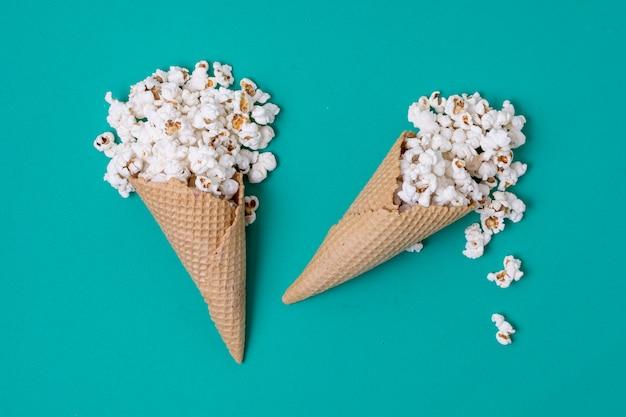 Conceito abstrato de pipoca de casquinhas de sorvete