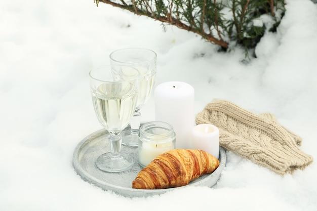 Conceito aconchegante com champanhe e croissant ao ar livre no inverno