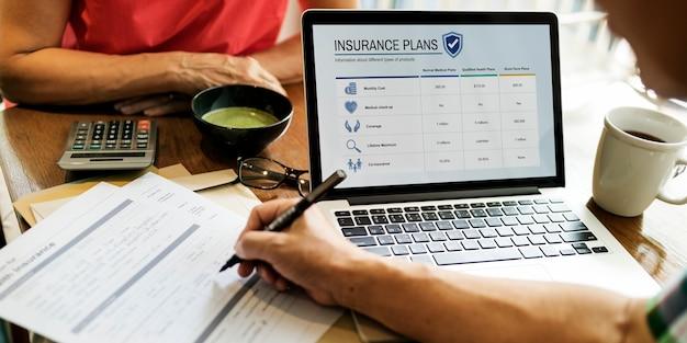 Conceito adulto sênior dos cuidados médicos do seguro de vida