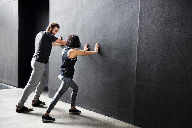 Conceito adulto sporty training do atleta do exercício dos pares