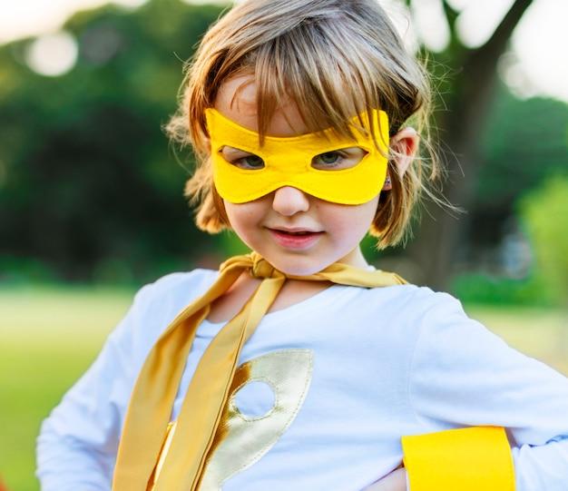 Conceito alegre da natureza da felicidade das meninas dos meninos dos amigos da criança