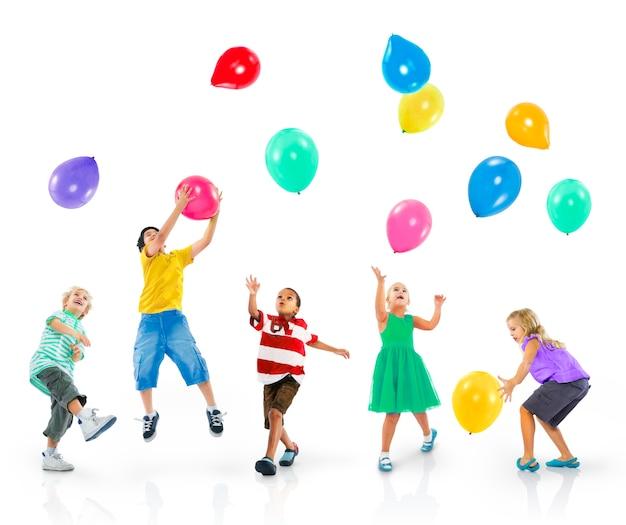 Conceito alegre das aspirações da felicidade das crianças da diversidade