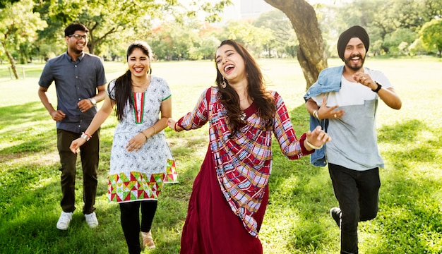 Conceito alegre do parque dos amigos indianos