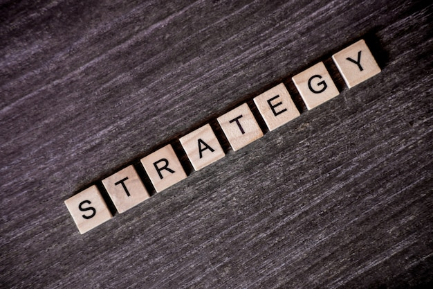 Conceito apresentado por palavras cruzadas com estratégia de palavras com cubos de madeira
