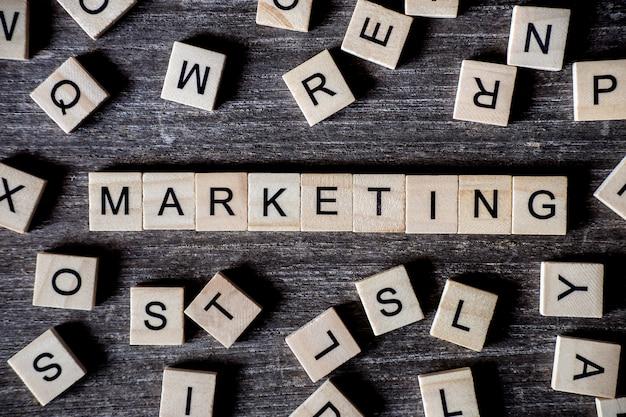 Conceito apresentado por palavras cruzadas com palavras de marketing com muitos cubos de madeira no fundo de madeira