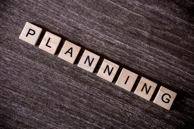 Conceito apresentado por palavras cruzadas com palavras planejamento com cubos de madeira
