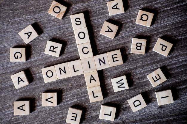 Conceito apresentado por palavras cruzadas com palavras sociais e on-line com cubos de madeira