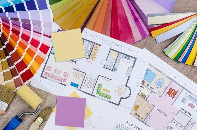 Conceito arquitetônico - planta da casa, amostras de cores e madeira, pincel