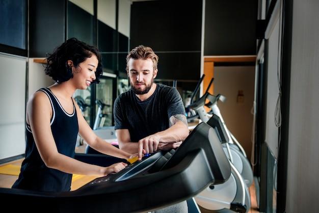 Conceito ativo do treinamento do exercício do esporte da aptidão da escada rolante