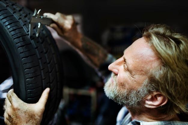 Conceito automotivo do sobressalente da medida da roda do pneu