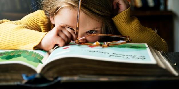 Conceito bonito adorável do storytelling da leitura da menina