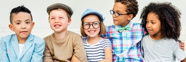 Conceito brincalhão da felicidade da unidade da amizade das crianças