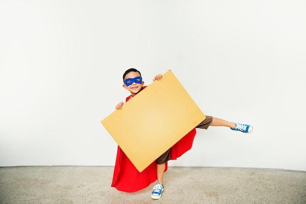 Conceito brincalhão do espaço da cópia do cartaz do miúdo do super-herói