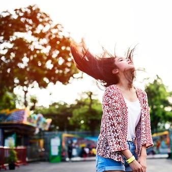 Conceito brincalhão festivo da felicidade do funfair do fling do cabelo da moça