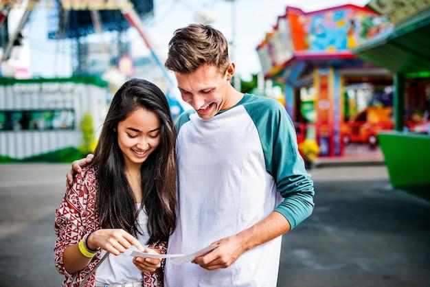 Conceito brincalhão festivo da felicidade do funfair do parque de diversões