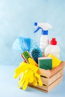 Conceito com suprimentos, pilha de produtos da limpeza da primavera. conceito de tarefa doméstica, no espaço da cópia de fundo azul claro