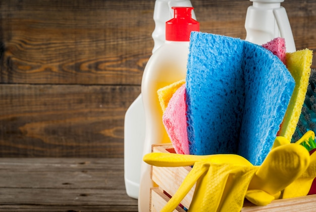 Conceito com suprimentos, pilha de produtos da limpeza da primavera. conceito de tarefa doméstica, no espaço de cópia de fundo de madeira rústica ou jardim