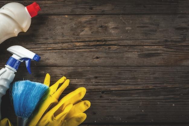 Conceito com suprimentos, pilha de produtos da limpeza da primavera. conceito de tarefa doméstica, no fundo de madeira rústico ou jardim cópia espaço vista superior